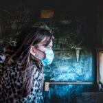 נערה עם מסכת קורונה בחדר
